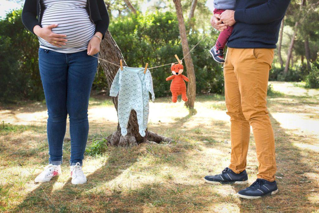 Maman, papa et grand frère tiennent corde à linge avec doudou et pyjama