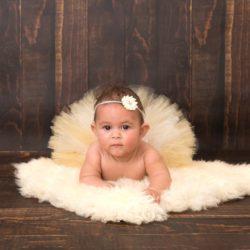 Bébé fille en tutu avec bandeau à fleur