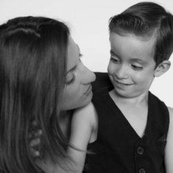 Une maman et son fils qui se regardent